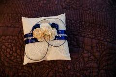 Кольцо 2 на белой подушке с голубой линией Стоковое Изображение