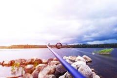 Кольцо рыболовной удочки закручивая с линией концом-вверх Рыболовная удочка Штанга звенит селективный фокус и малая глубина поля  стоковые изображения rf
