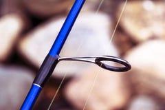 Кольцо рыболовной удочки закручивая с линией концом-вверх Рыболовная удочка Штанга звенит селективный фокус и малая глубина поля  стоковая фотография rf