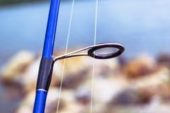 Кольцо рыболовной удочки закручивая с линией концом-вверх Рыболовная удочка Штанга звенит селективный фокус и малая глубина поля  стоковые изображения