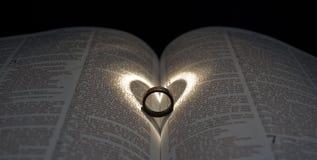 кольцо сердца библии Стоковые Фото