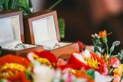 Кольцо с бриллиантом, обручальное кольцо, цена невесты обручального кольца закрепляя цифровая иллюстрация градиента включила симв стоковые фотографии rf