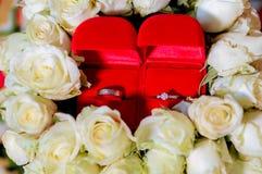 Кольцо с бриллиантом, обручальное кольцо, цена невесты обручального кольца Символы свадьбы Свадебная церемония изображение для об стоковые изображения