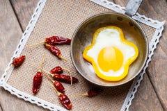 Кольцо яичка болгарского перца на варя лотке и высушенных перцах chili Стоковые Фото