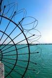 Колючая проволока морем Плетение провода на береговой линии стоковое фото rf