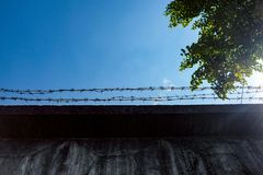 Колючая проволока на стене Стоковые Изображения