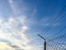 Колючая проволока против голубого неба Стоковые Фотографии RF