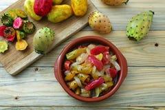 Колючие груши сваренные в сладком и кислом соусе стоковое фото