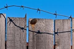 колючий провод загородки деревянный Стоковая Фотография RF