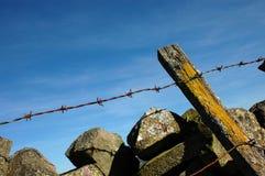 колючий сухой провод каменной стены Стоковое Фото