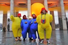 Команда актеров улицы в костюмах масленицы представляет для фото стоковое фото rf