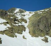 Команда альпинистов взбираясь канал снега на солнечный день стоковое изображение