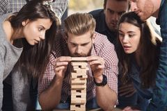 Команда бизнесменов строит деревянную конструкцию концепция запуска сыгранности, партнерства и компании стоковые фотографии rf