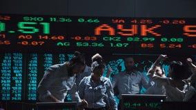 Команда биржевого маклера празднуя около прямой трансляции акции видеоматериалы