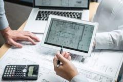 Команда встречи инженерства или архитектора и обсуждать на светокопии и строя модели пока проверяющ информацию на делать эскиз к стоковые изображения