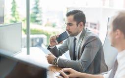 Команда дела анализируя данные на деловой встрече Стоковое фото RF