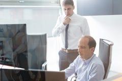 Команда дела анализируя данные на деловой встрече Стоковые Изображения