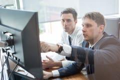 Команда дела анализируя данные на деловой встрече Стоковое Изображение RF