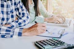 Команда дела анализируя диаграммы дохода Стоковая Фотография RF