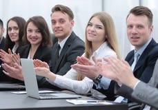 Команда дела аплодируя диктору на мастерской Стоковая Фотография