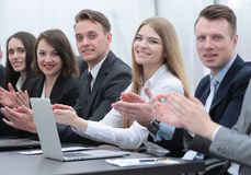 Команда дела аплодируя диктору на мастерской Стоковое Изображение RF