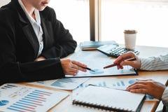 Команда дела встречая планирование стратегии с новыми финансами плана проекта запуска и диаграмму экономики с сыгранностью ноутбу стоковое фото