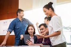 Команда дела в встрече в офисе стоковая фотография