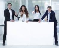 Команда дела держа пустое белое знамя Стоковое Фото