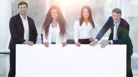 Команда дела держа пустое белое знамя Стоковое Изображение