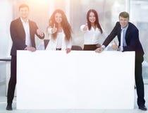 Команда дела держа пустое белое знамя Стоковая Фотография