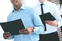 Команда дела держа экземпляр контракта, стоковая фотография rf