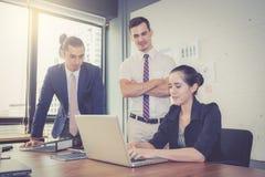Команда дела имея встречу при женщина используя компьтер-книжку во время встречи и настоящих моментов Стоковое Изображение RF