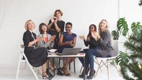 Команда дела коллеги женского дела аплодируя поддерживая акции видеоматериалы