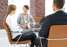 Команда дела обсуждая вопросы дела в офисе Стоковое Изображение RF
