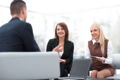 Команда дела обсуждая вопросы дела в офисе Стоковое Изображение