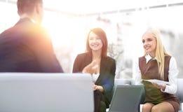 Команда дела обсуждая вопросы дела в офисе Стоковые Изображения