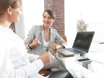 Команда дела обсуждая вопросы дела в офисе Стоковое Фото