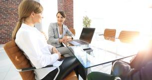 Команда дела обсуждая вопросы дела в офисе Стоковое фото RF