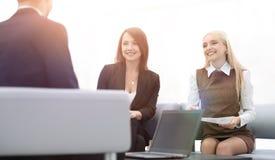 Команда дела обсуждая вопросы дела в офисе Стоковая Фотография
