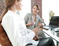 Команда дела обсуждая вопросы дела в офисе Стоковые Фотографии RF