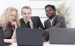 Команда дела обсуждая вопросы дела в офисе Стоковые Фото