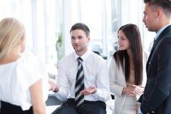 Команда дела обсуждая вопросы дела в рабочем месте офиса Стоковое Изображение RF