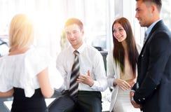 Команда дела обсуждая вопросы дела в рабочем месте офиса Стоковые Фото