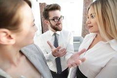 Команда дела обсуждая в офисе Стоковое Изображение RF
