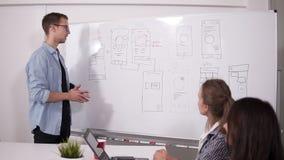 Команда дела обсуждая проект или идею Укладывающ, исполнительная власть, startup концепция 2 женщины сидя на столе и человеке офи видеоматериал
