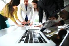 Команда дела обсуждая совместно бизнес-планы Стоковая Фотография