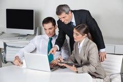 Команда дела работая на компьтер-книжке Стоковая Фотография RF