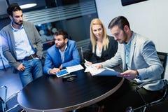Команда дела работая совместно на проекте в офисе Стоковое Изображение RF