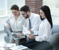 Команда дела работая с финансовыми диаграммами в офисе Стоковая Фотография