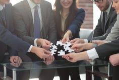 Команда дела разрешая головоломку совместно Стоковая Фотография RF